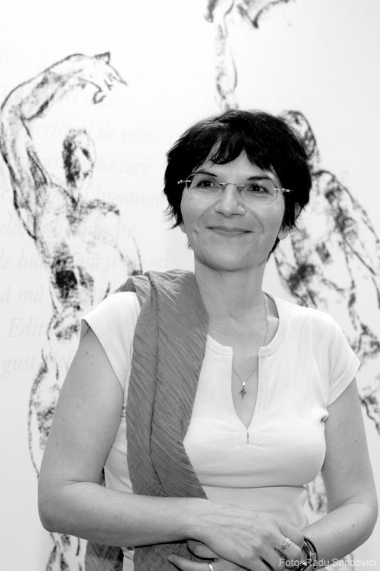 Ioana Pârvulescu alături de cititori la librăria Humanitas din Cişmigiu