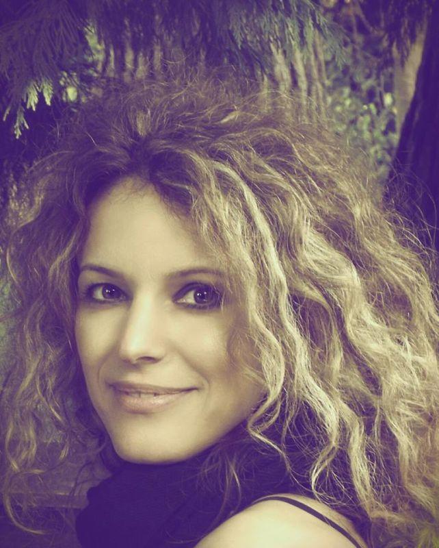 """Interviu cu scriitoarea Adriana – Zăpă Strit: """"Ajută mult să-ți faci o imagine în afara cărților și apoi să publici"""""""