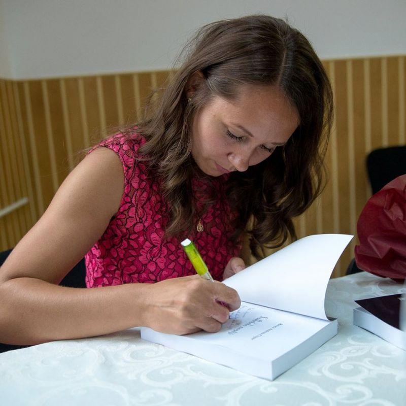 """Interviu cu Chiper Andreea-Raluca, autoare cărții """"Între pământ și apă"""""""