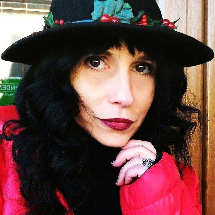 """Interviu cu Marcica Belearta, autoarea cărții """"Poezii pentru văduve"""""""