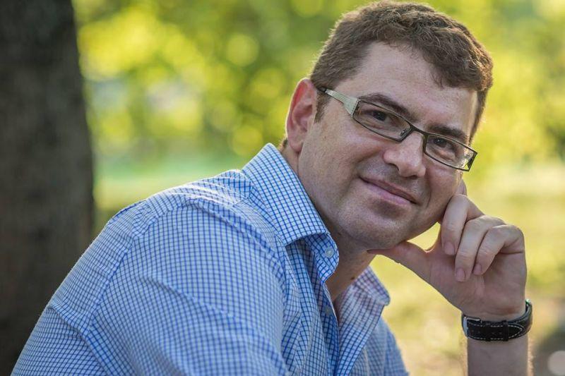 """Interviu cu Cosmin Neidoni, autorul cărții """"Viața la 40 de ani"""""""